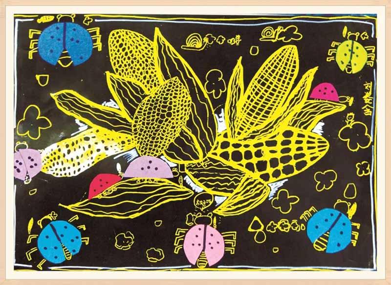 瓢虫与玉米动静结合让画面表现会有趣,画面主体玉米以刮画纸形式表现图片